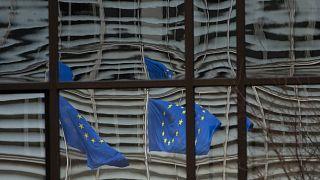 علمان أوروبيا منعكسان على واجهة مقر المجلس الأوروبي