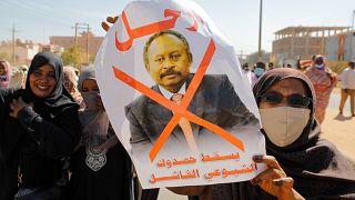 متظاهرون يطالبون  رئيس الوزراء عبدالله  حمدوك بالرحيل