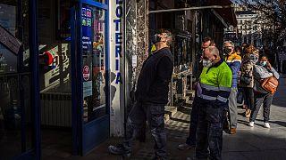 """File d'attente devant un bureau de loterie pour acheter un ticket pour la """"Loterie de Noël"""", Madrid, le 03/12/2020"""