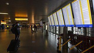 Un passager dans l'attente de son vol, à l'aéroport d'Amsterdam Schiphol