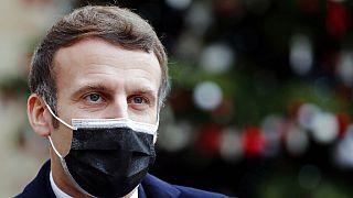 Fransa Cumhurbaşkanı Emmanuel Macron, ülkede alınan Covid-19 tedbirlerinin yetersizliği sebebiyle eleştiriliyor.