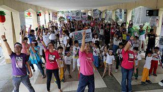 شبان وأطفال فلبينيون يشاركون في تمرين رقص في ضواحي مانيلا كجزء من حملة ضد استخدام الأطفال في المواد الإباحية على الإنترنت، 6 فبراير 2016