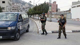 قوات الأمن الفلسطينية تنتشر قرب مخيم بلاطة بالقرب من مدينة نابلس بالضفة الغربية، في أعقاب اشتباكات بين مجموعات مسلحة داخل المخيم أسفرت عن وقوع إصابات، 31 أكتور 2020