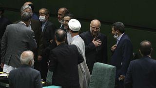 محمدباقر قالیباف، رئیس مجلس ایران در میان نمایندگان