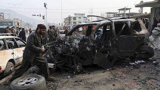 Afganistan'ın başkenti Kabil'de bir milletvekilinin konvoyunu hedef alan bombalı saldırıda çoğu sivil en az 9 kişi hayatını kaybetti