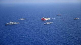 تُظهر الصورة المنشورة من قبل وزارة الدفاع التركية، سفينة الأبحاث الزلزالية التركية عروج ريس ترافقها سفن البحرية التركية في البحر الأبيض المتوسط، قبالة أنطاليا،10 أغسطس 2020