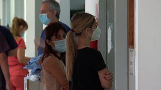 Angehörige von Covid-19-Patienten in einer Klinik in Buenos Aires