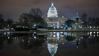 El Capitolio de los EE.UU. por la noche después de que los negociadores sellaran un acuerdo para el alivio de la COVID, el domingo 20 de diciembre.