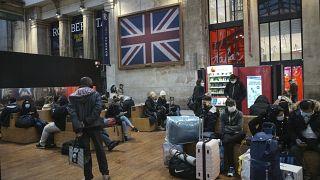 Pasajeros esperan junto a la terminal del Eurostar en la estación de tren Gare du Nord de París, el lunes 21 de diciembre de 2020.