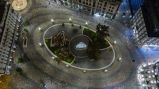 A belvárosi Vörösmarty tér a kijárási tilalom idején 2020. november 13-án este
