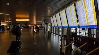 Un viajero comprueba la salida del vuelo en el aeropuerto de Schiphol, cerca de Amsterdam, Holanda, el viernes 18 de diciembre de 2020.