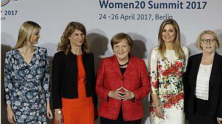 از چپ: ایوانکا ترامپ، دختر رئیس جمهوری آمریکا، استفانی بشور، رئیس انجمن زنان کارآفرین آلمان، آنگلا مرکل، صدراعظم آلمان، ماکسیما ملکه هلند و مونا کوپرز، رئیس شورای زنان آلمان