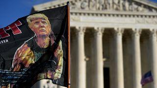 مظاهرة مؤيدة لترامب في محيط المحكمة الأمريكية العليا