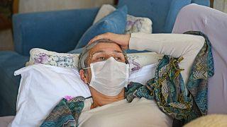 في هذه الصورة تظهر النائب الموالية للأكراد ليلى غوفن تستلقي على أريكة في منزلها في ديار بكر،، فيما تواصل إضرابها عن الطعام، 30 يناير 2019