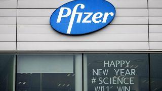 """""""Наука победит!"""" - надпись на окне штаб-квартиры Pfizer в бельгийском Пурсе"""