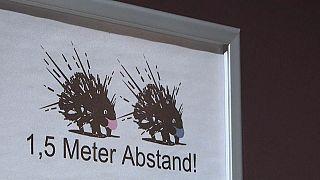 """I cartelli pronti al cabaret """"Porcospino"""" di Berlino"""