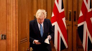 رئيس الوزراء البريطاني بوريس جونسون قبل حديثه عن سلالة كوفيد-19 الجديدة
