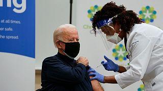 بايدن أثناء تلقيه اللقاح