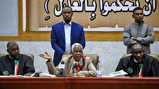 رئيس المحكمة عصام الدين محمد إبراهيم (وسط) يتحدث خلال جلسة استماع في محاكمة الرئيس السوداني المخلوع عمر البشير، الخرطوم، في 6 أكتوبر 2020.
