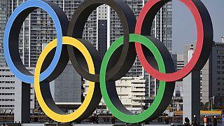 Die olympischen Ringe wurden Anfang Dezember in Tokio aufgestellt. Aber finden die Spiele überhaupt statt?