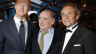 Claude Brasseur en compagnie des anciens pilotes automobiles Ari Vatanen et Jacky Ickx en 2013 à Paris
