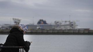 Eine Frau mit ihrem Smartphone in der Nähe des englischen Hafens Dover. Viele Briten, die in die EU reisen wollten, sitzen zu Hause fest