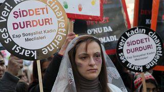 """صورة من الارشسف- نساء يحملن لافتات كتب عليها """"أوقفوا العنف"""" احتجاجاً على الاغتصاب والعنف الأسري،  أنقرة، تركيا"""