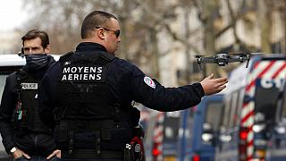 Fransız polisi Paris'te drone kullanırken