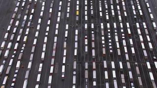 ویدئو؛ صفهای طولانی کامیونها فرانسه را ناچار به بازگشایی مشروط مرز بریتانیا کرد