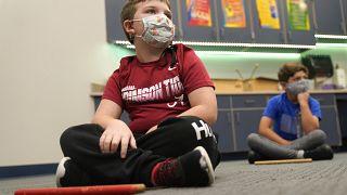 Kinder mit Mund-Nasenschutz