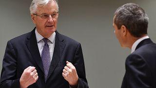 El jefe negociador de Brexit de la Unión Europea, Michel Barnier, habla con el Embajador Michael Clauss, Representante Permanente de Alemania ante la Unión Europea.