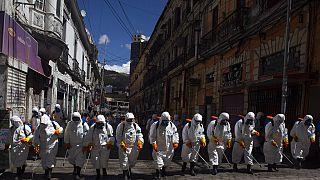 Fertőtlenítő munkások Bolívia fővárosában, La Pazban 2020. április 2-án