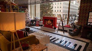 متجر ألعاب شوارتز في وسط مانهاتن، والذي يطل على شجرة عيد الميلاد العملاقة في مركز روكفلر في مدينة نيويورك