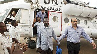 Sudan'da BM tarafından milislerin elinden kurtarılan insani yardım çalışanları.