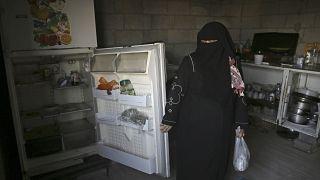 سيدة من غزة تظهر ثلاثة فارغة