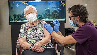 İsviçreli 90 yalında bir kadın ülkedeki ilk koronavirüs aşısını oldu.