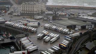 الشاحنات متوقفة بالقرب من الميناء دوفر بعد إغلاقه ،إنجلترا، الاثنين 21 ديسمبر 2020