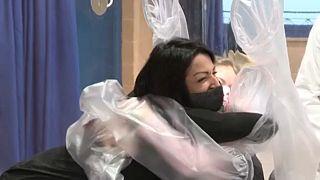 Μια πολυαναμενόμενη μητρική αγκαλιά σε νοσοκομείο της Ρώμης
