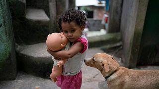فتاة تحمل دميتها في أحد أحياء ريو دي جانيرو الفقيرة، البرازيل، الثلاثاء، 24 مارس 2020