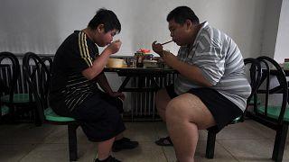 المرضى الذين يعانون من السمنة المفرطة يتناولون غداءهم في أحد مستشفيات تيانجين، الصين، الخميس، 24 يوليو 2008