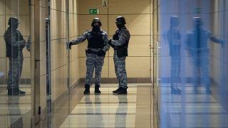ماموران امنیتی روسیه مقابل بنیاد ناوالنی