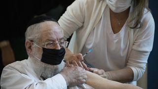 مسن إسرائيلي يتلقى اللقاح المضاد لكورونا