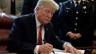 الرئيس دونالد ترامب يوقع أول فيتو، ينقض قرارا مرره الكونغرس، يقضي بإلغاء حالة الطوارئ التي فرضها ترامب، لإيجاد تمويل لبناء جدار على الحدود مع المكسيك، واشنطن، 15 مارس 2019