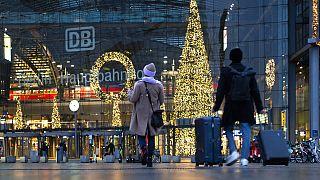 Am Bahnhof in Berlin - weniger Reisende zu Weihnachten 2020