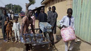 Nijerya'nın Katsina eyaletinin Kankara kentinde kaçırıldıktan 6 gün sonra serbest kalan erkek öğrenciler