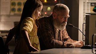 جورج كلوني وكولين سبرينغول في مشهد من فيلم ميدنايت سكاي