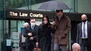 مينغ وانتشو وزوجها يغادران المحكمة العليا في كولومبيا البريطانية، كندا