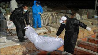 ¨دفن جثث مهاجرين غرقوا في المتوسط.. صورة من الأرشيف