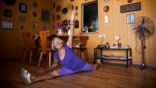 المجرية غنيس كيليتي تؤدي حركة جمباز حين كانت بسن 91 عاما