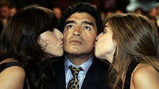بوسه دختران دیگو مارادونا بر گونههای پدر؛ سمت چپ: جیانینا و سمت راست: دالما